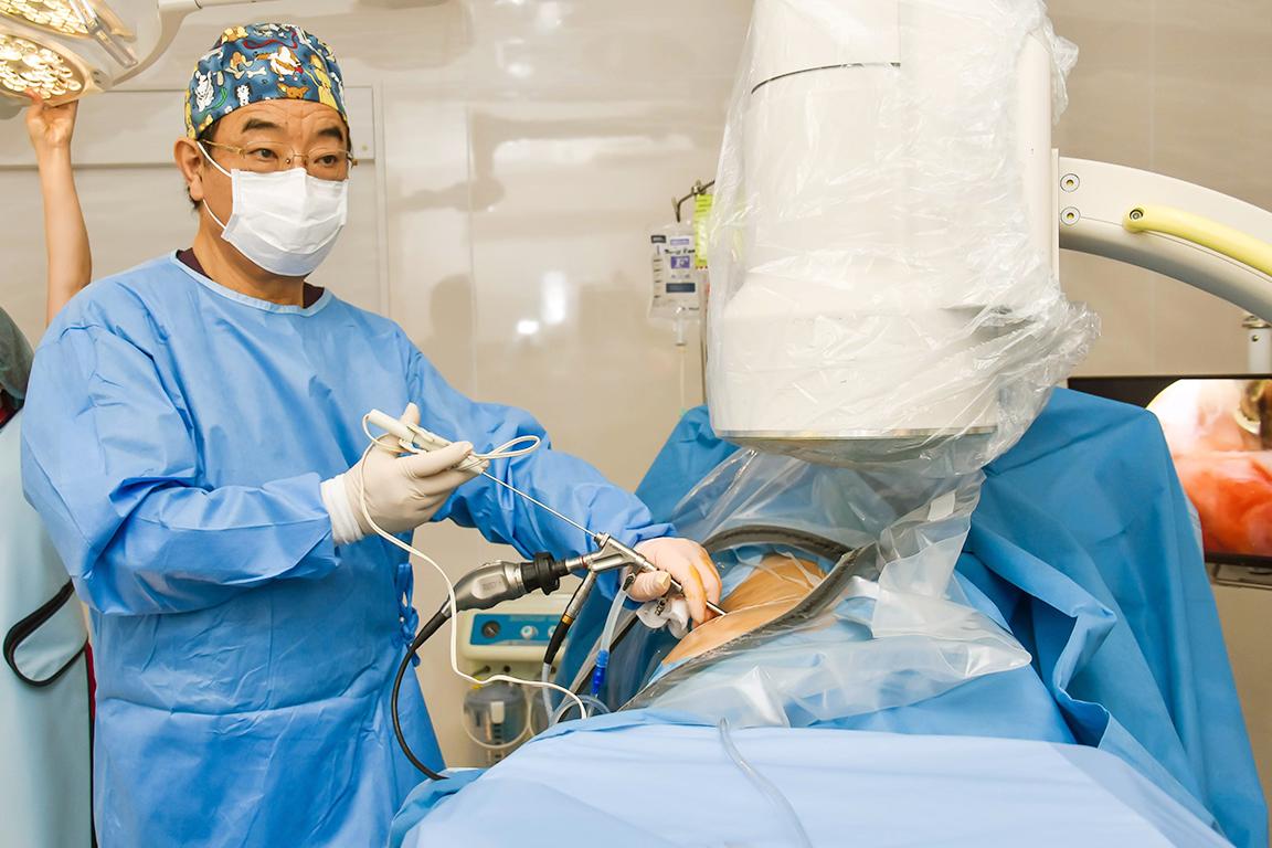 脊椎内視鏡手術を日本に持ち込んだ先駆者|『神の手』で椎間板ヘルニア・腰部脊柱管狭窄症から人々を救う出沢 明理事長を取材